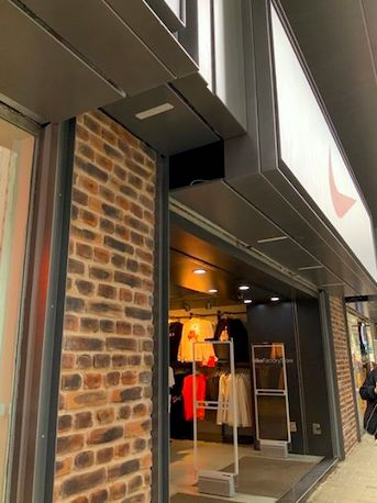 Ingenio y paneles decorativos en comercios de moda