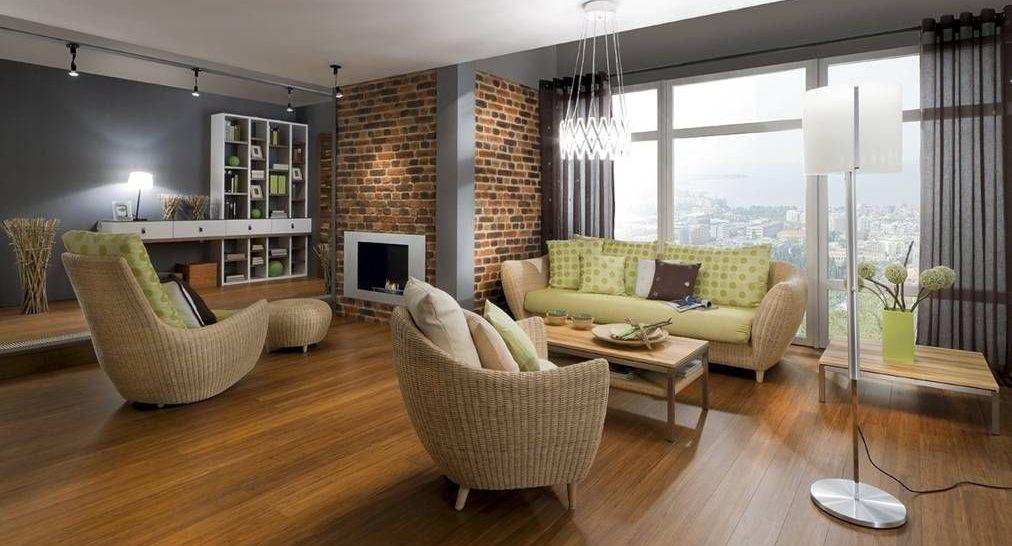 ¿Cómo decorar una pared grande de salón encima de un sofá?